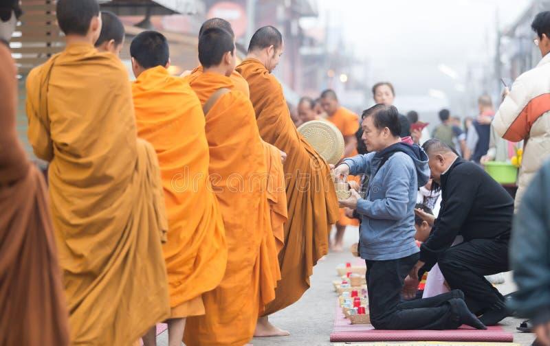 城镇可汗,泰国- 2016年12月12日:未认出的人民o 免版税库存图片