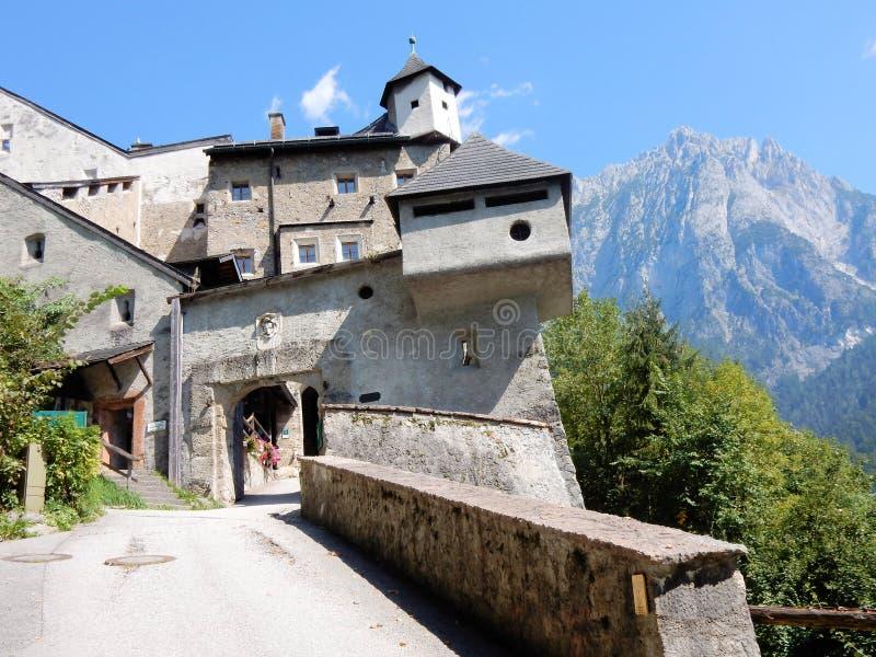 城镇Hohenwerfen入口门中世纪设防- Hohenwerfen城堡奥地利镇在萨尔茨堡附近的Werfen 免版税库存照片