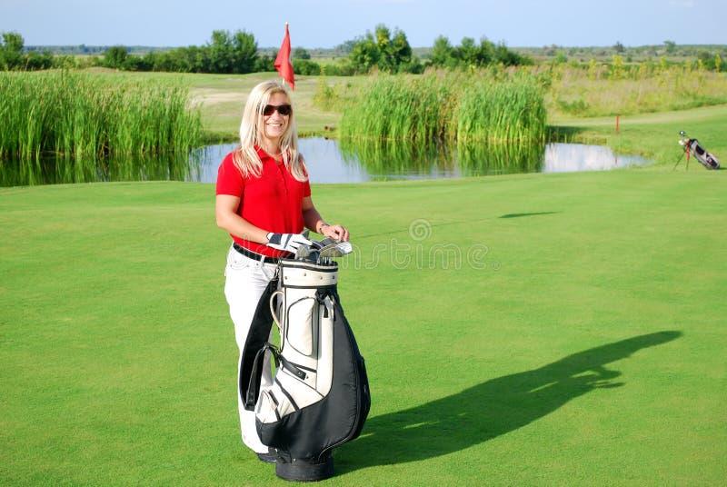 域女孩高尔夫球摆在 免版税库存照片