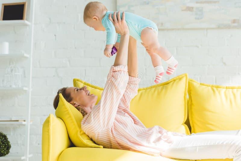 培养婴儿的母亲侧视图 库存图片