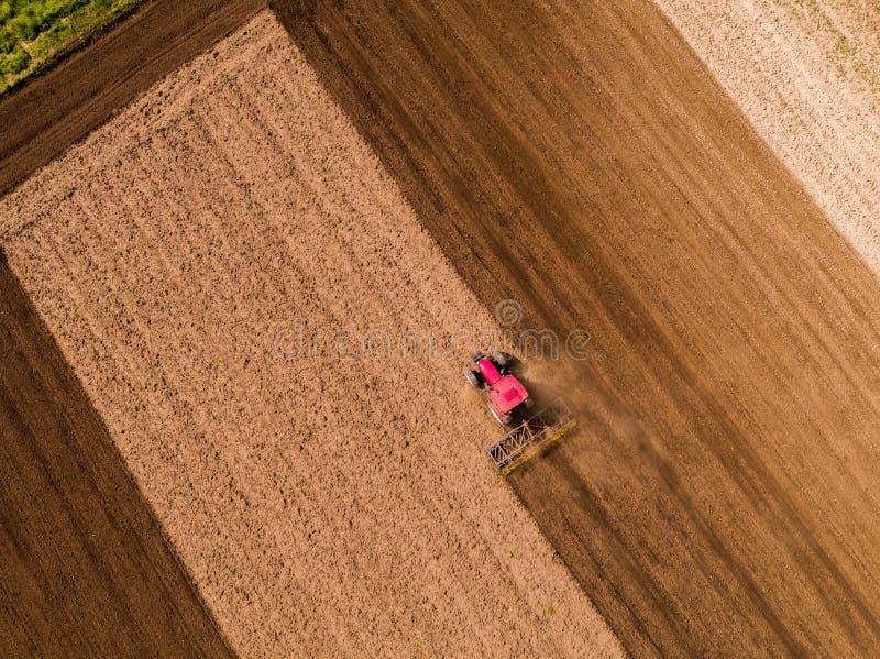 培养领域的拖拉机的空中射击在春天 图库摄影