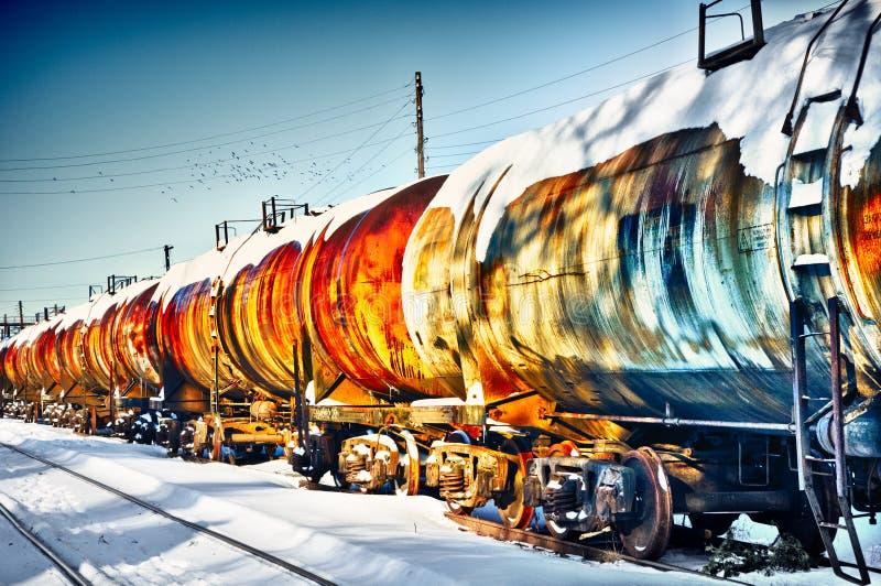 培训与燃料在铁路的汽油桶 库存照片