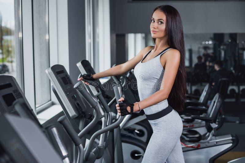 培训在体操里 摆在和显示她的图的健身女孩 库存照片