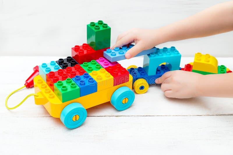 培训玩具 与乐高设计师的儿童游戏 免版税库存照片