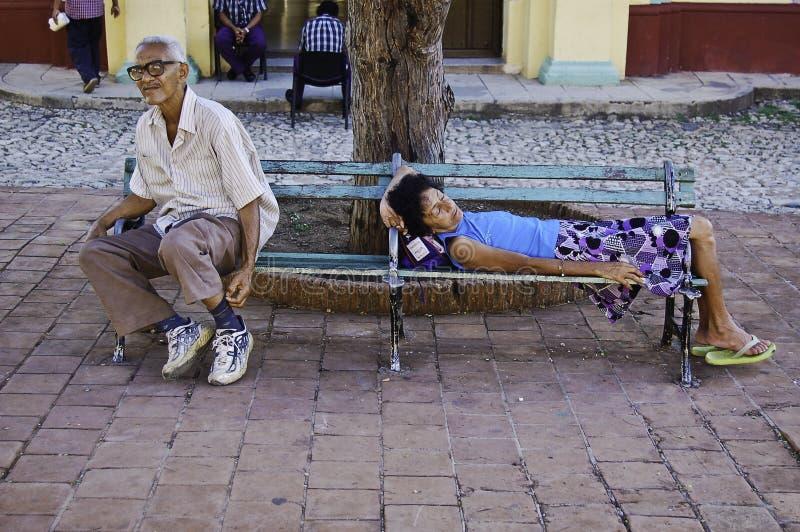 基于一条长凳的人们在特立尼达de古巴 免版税库存照片