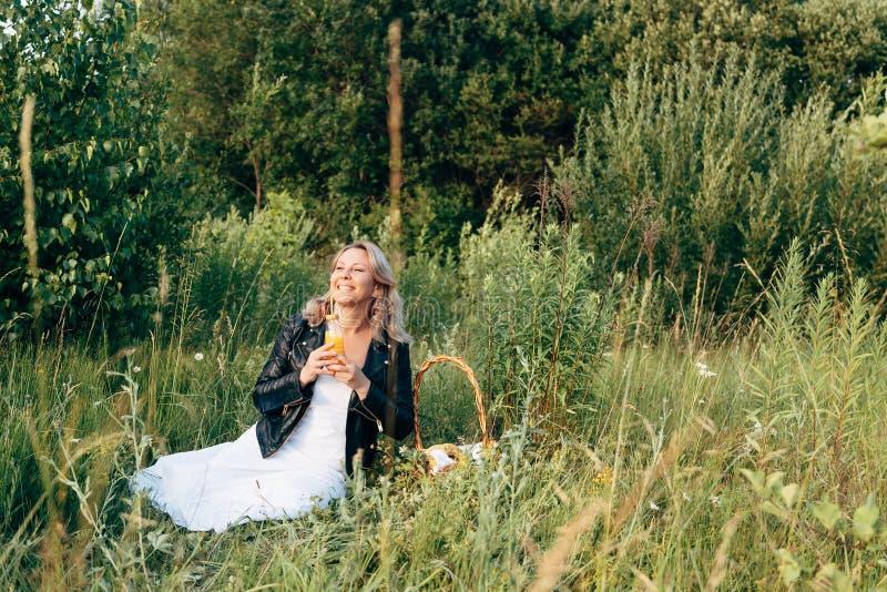 基于一顿野餐的美丽的少女在夏天 库存照片
