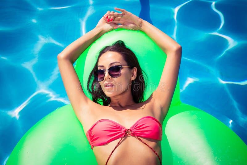 基于在游泳池的气垫的妇女 库存照片