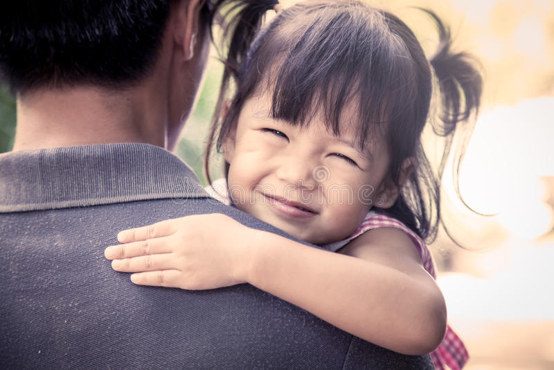 基于她的父亲的肩膀的愉快的小女孩 免版税库存照片