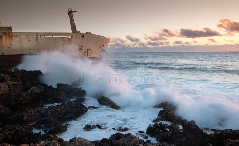 基于帕福斯市海岸线的岩石的被放弃的船塞浦路斯的 免版税库存照片