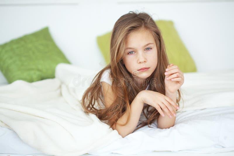 女孩在床上 免版税库存照片