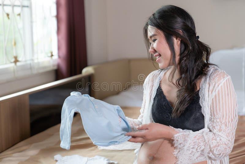 基于床的亚裔美丽的孕妇 免版税库存照片