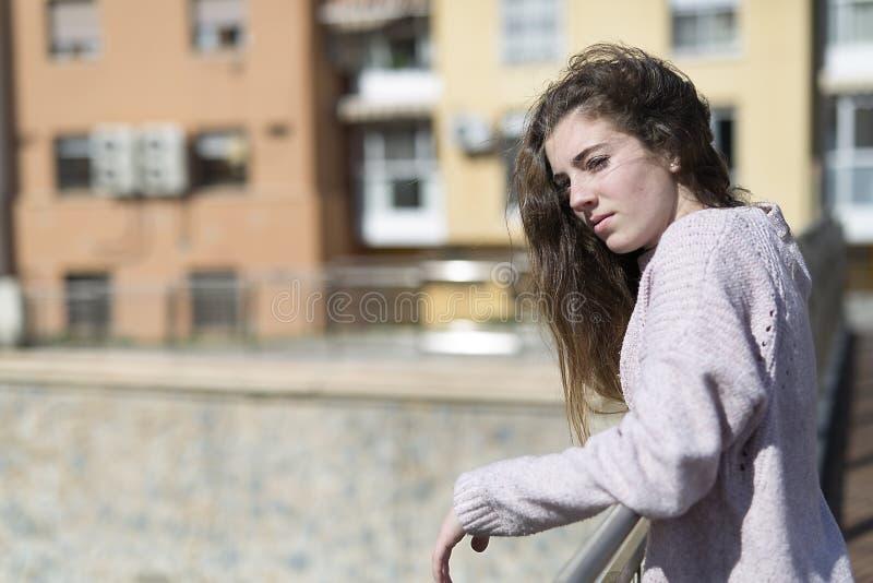 基于扶手栏杆的青少年的女孩 库存照片