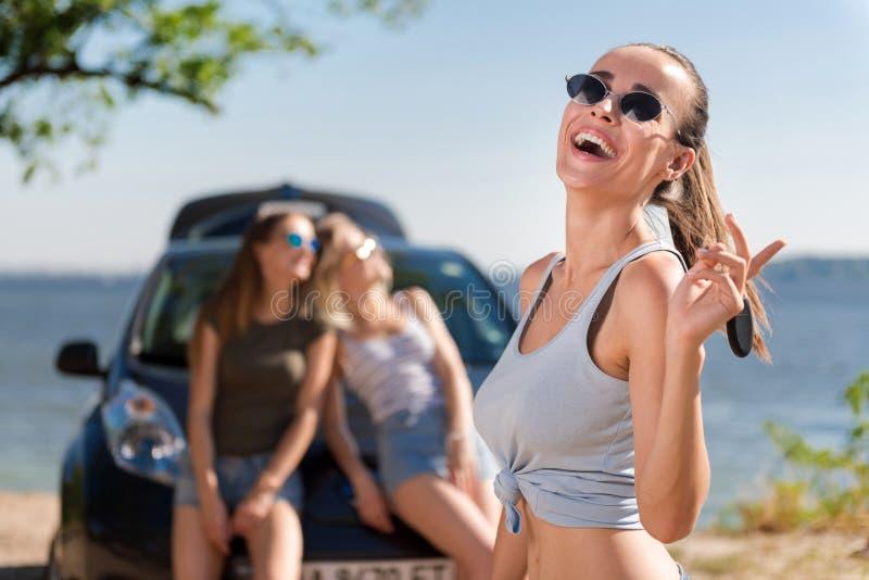 基于海滩的极度高兴的妇女 免版税图库摄影