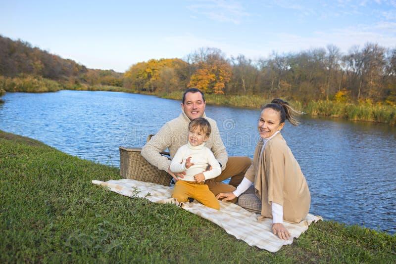 基于湖岸的年轻家庭 库存图片