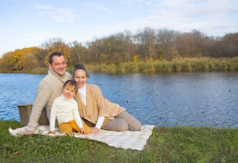 基于湖岸的年轻家庭 图库摄影