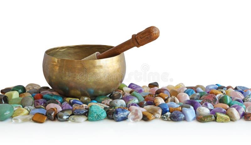 基于翻滚的医治用的石头床的唱歌碗  免版税库存图片