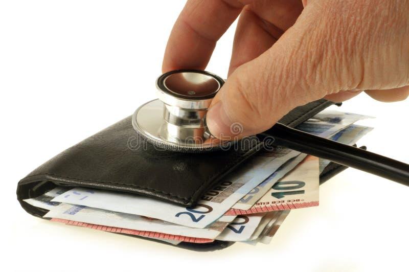 基于钱包的听诊器充满钞票 免版税库存照片