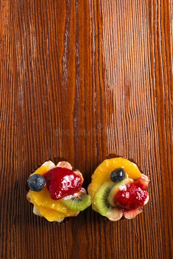 基于黑莓结块奶油装载的果冻桔子莓stawberries被冠上的酸奶 奶油和酸奶根据果子装填冠上与果冻 莓、黑莓、stawberries和桔子 免版税库存照片