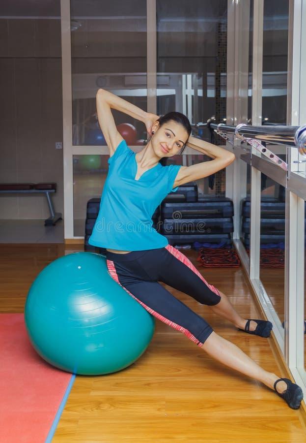 基于pilates球的健身房的健身妇女 做在健身球的少妇锻炼 有健身球的女孩 库存图片