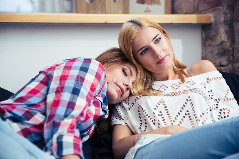 基于sofe的两名妇女 免版税库存图片