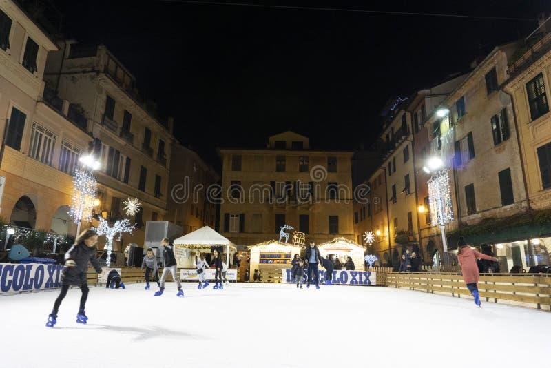 基亚瓦里,意大利- 2018年12月23日-滑冰历史中世纪的镇是开放的 免版税库存图片