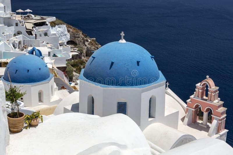 ?? 基克拉泽斯海岛-圣托里尼Thira 有典型的Cycladic建筑学的Oia镇-被绘的蓝色圆屋顶和白色墙壁 免版税库存照片