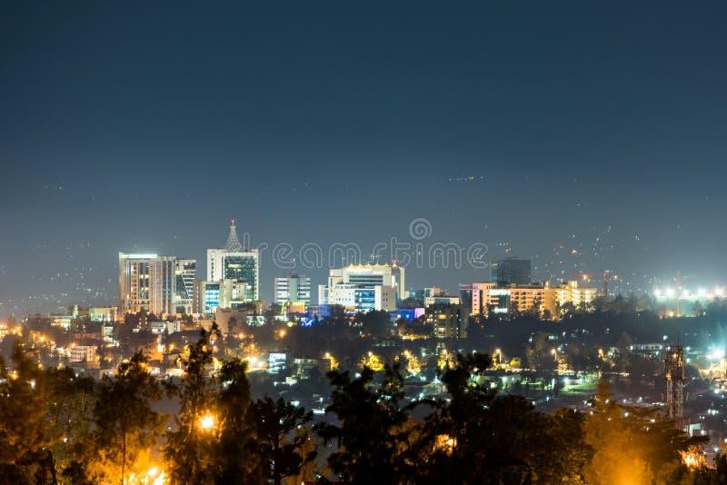 基加利市地平线一个宽看法在晚上打开了,在深下 库存图片