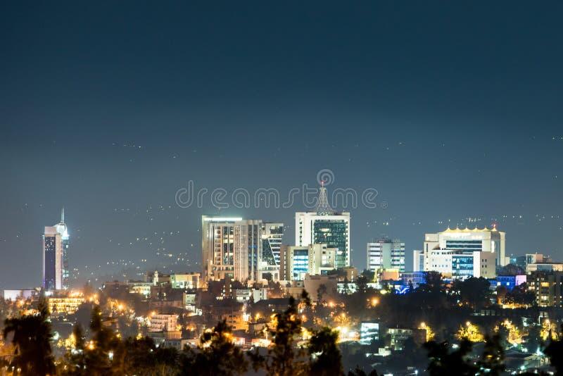 基加利市地平线特写镜头视图在晚上打开了,在d下 免版税库存图片