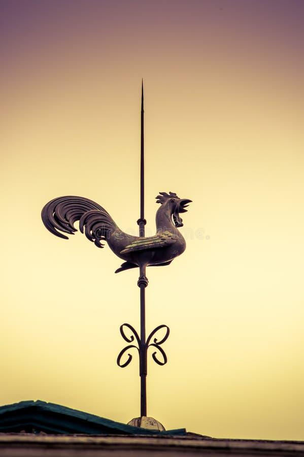 基多,厄瓜多尔2017年11月, 28日:一只雄鸡的一个金属老结构的室外看法在大厦的上面的 免版税库存图片