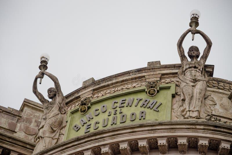 基多,厄瓜多尔2017年11月, 28日:屋顶和一些扔石头的雕象的美好的室外看法在中央银行中  免版税库存照片