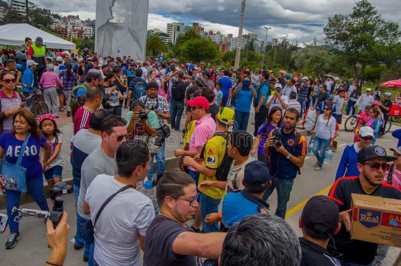 基多,厄瓜多尔- 2016年4月, 17日:提供救灾食物、衣裳、医学和水的基多的人人群  免版税库存照片