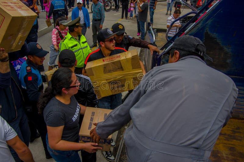 基多,厄瓜多尔- 2016年4月, 17日:提供救灾食物,衣裳,医学的基多的未认出的公民和 库存照片