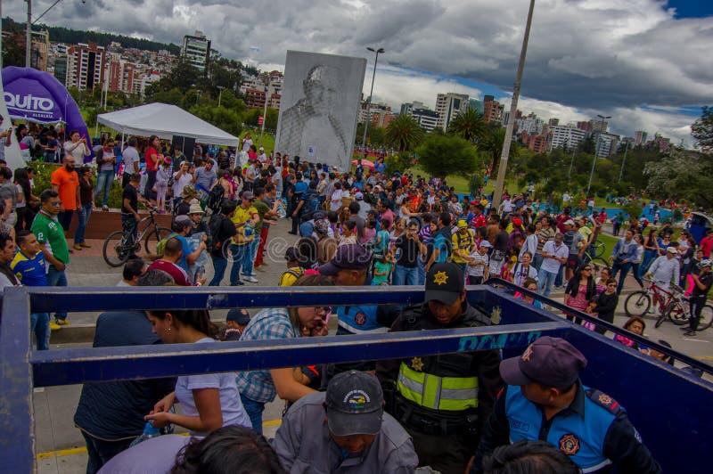 基多,厄瓜多尔- 2016年4月, 17日:提供救灾食物,衣裳,医学的基多的未认出的志愿者和 免版税库存图片