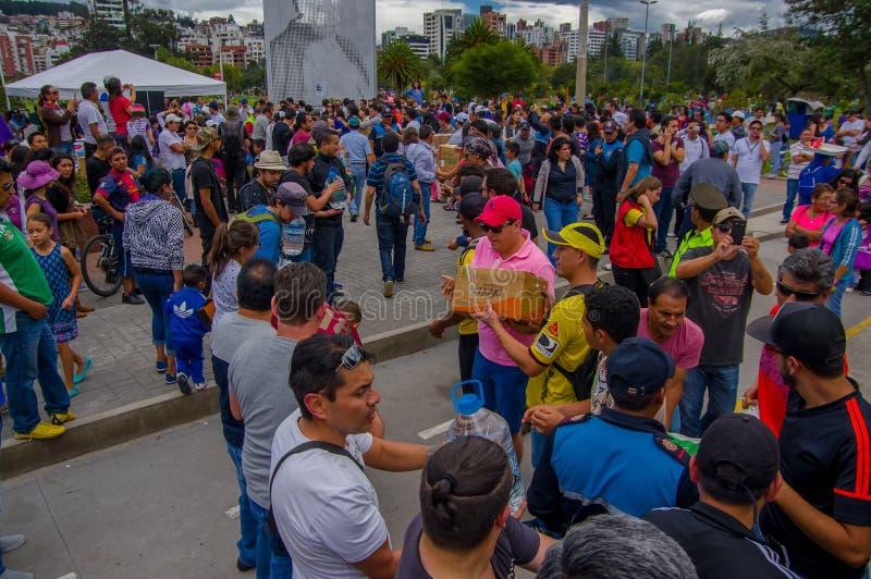 基多,厄瓜多尔- 2016年4月, 17日:提供救灾食物,衣裳,医学的基多的未认出的志愿者和 库存照片