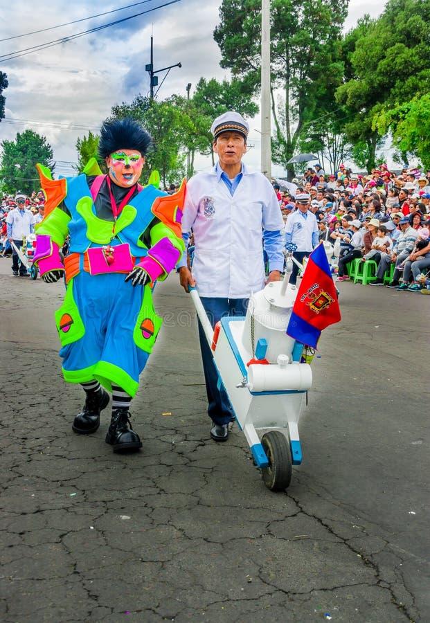 基多,厄瓜多尔- 2018年1月31日:室外观点的在小丑旁边的未认出的人,运载有champu的一辆小汽车 库存照片