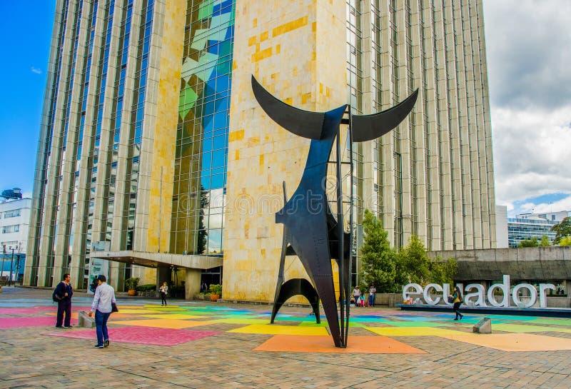 基多,厄瓜多尔- 2018年1月02日:走在一个巨大的MAGAP大厦的输入的室外观点的未认出的人民 免版税图库摄影