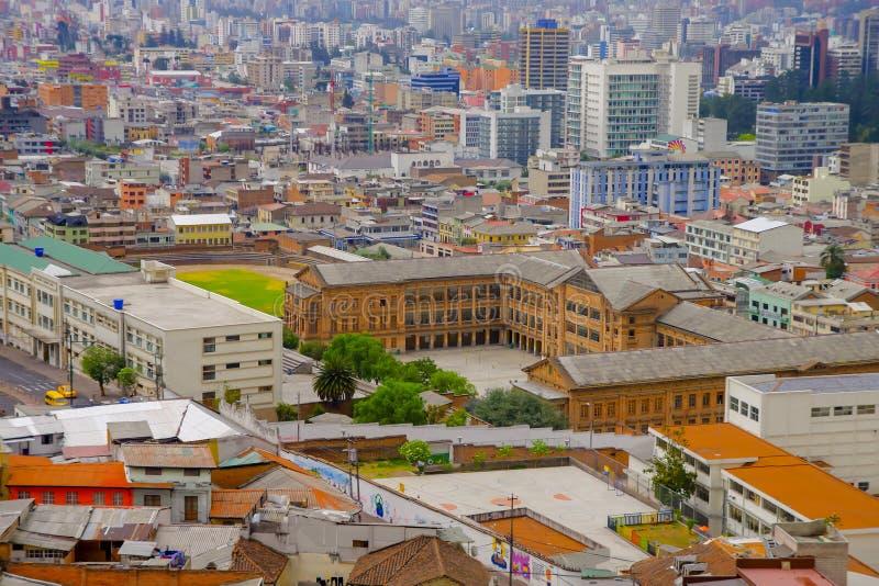 基多,厄瓜多尔- 2018年8月24日:都市风景全景鸟瞰图从基多市大教堂教会观点  免版税图库摄影