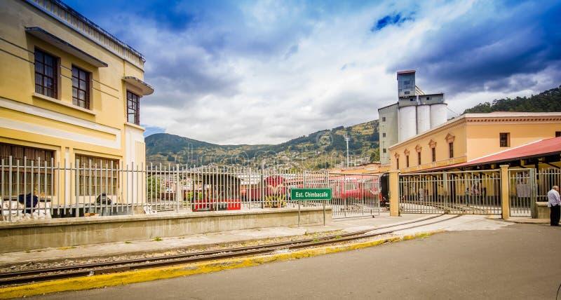 基多,厄瓜多尔2017年8月20日:Chinbacalle驻地室外在Chimbacalle的火车站的看法和铁路 免版税库存图片
