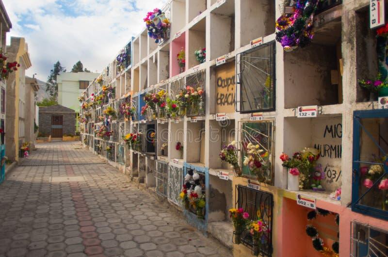 基多,厄瓜多尔23日2017年:公墓圣安东尼奥de皮钦查省看法,显示与埋葬的典型的宽容坟墓 库存图片