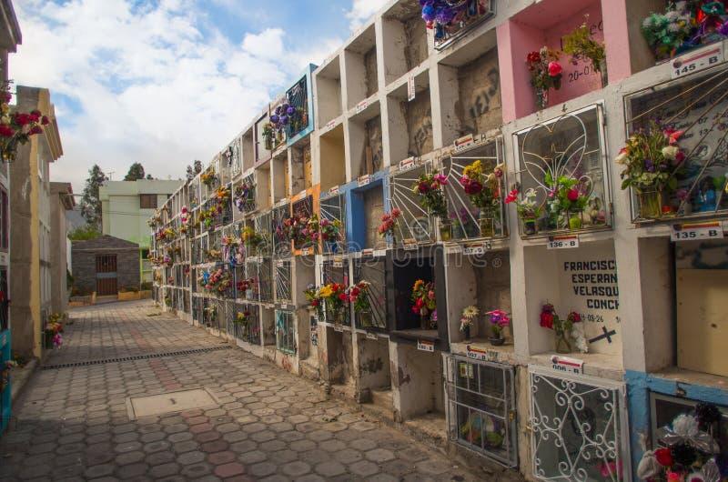 基多,厄瓜多尔23日2017年:公墓圣安东尼奥de皮钦查省看法,显示与埋葬的典型的宽容坟墓 库存照片