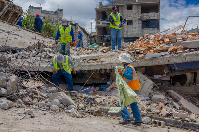 基多,厄瓜多尔- 2016年4月, 17日:与救助者的地震毁坏的议院在城市的南部 免版税库存图片