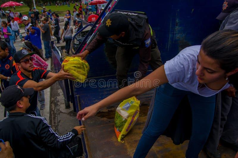 基多,厄瓜多尔- 2016年4月, 17日:提供救灾食物、衣裳、医学和水的基多的人人群  免版税库存图片
