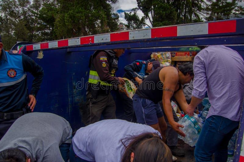 基多,厄瓜多尔- 2016年4月, 17日:提供救灾食物、衣裳、医学和水的基多的人人群  库存图片