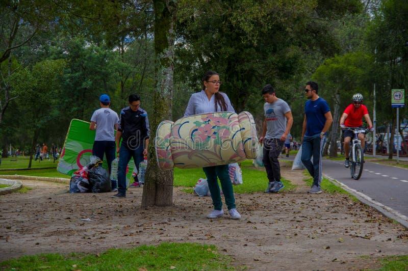 基多,厄瓜多尔- 2016年4月, 17日:提供救灾食物、衣裳、医学和水的基多的未认出的公民为ea 图库摄影