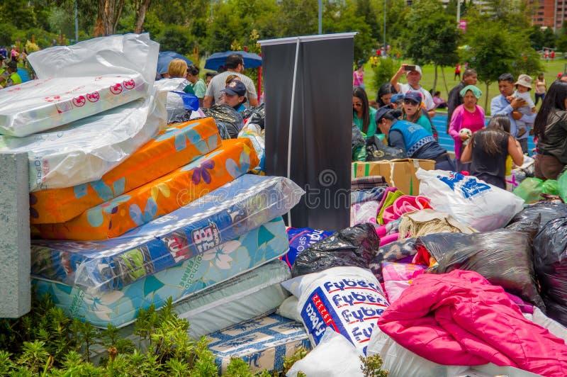 基多,厄瓜多尔- 2016年4月, 17日:提供救灾食物、衣裳、医学和水的基多的未认出的公民为ea 库存图片