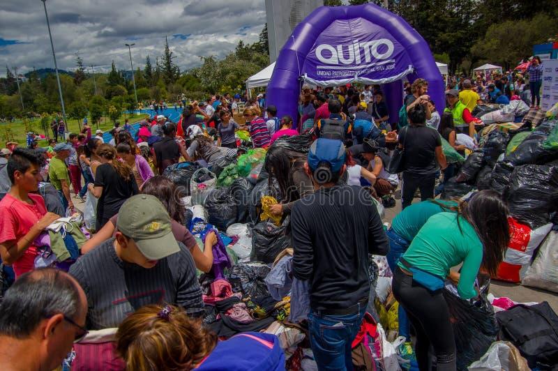 基多,厄瓜多尔- 2016年4月, 17日:提供救灾食物、衣裳、医学和水的基多的未认出的公民为ea 免版税库存图片