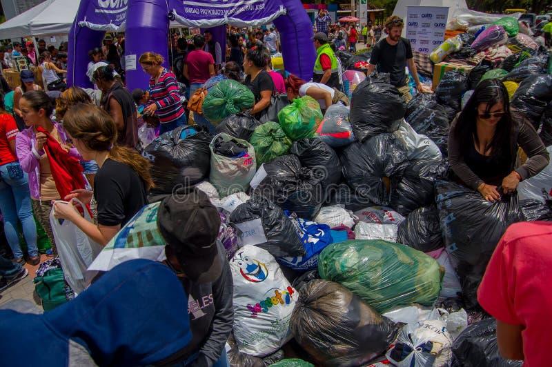 基多,厄瓜多尔- 2016年4月, 17日:提供救灾食物、衣裳、医学和水的基多的未认出的公民为ea 免版税库存照片
