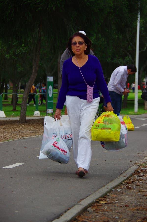 基多,厄瓜多尔- 2016年4月, 17日:提供救灾食物、衣裳、医学和水的未认出的妇女为地震sur 库存照片