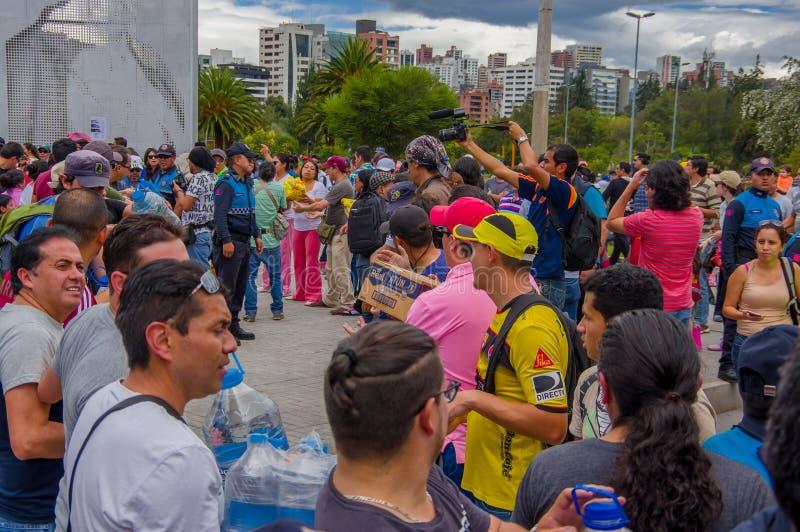 基多,厄瓜多尔- 2016年4月, 17日:提供救灾食物,衣裳,医学的基多的未认出的公民和 图库摄影