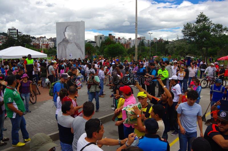 基多,厄瓜多尔- 2016年4月, 17日:提供救灾食物,衣裳,医学的基多的未认出的公民和 免版税库存照片